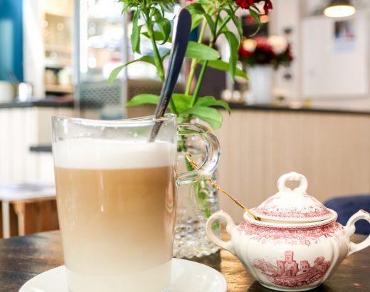 Latte Macchiato trinken im Café Südlicht in Krefeld